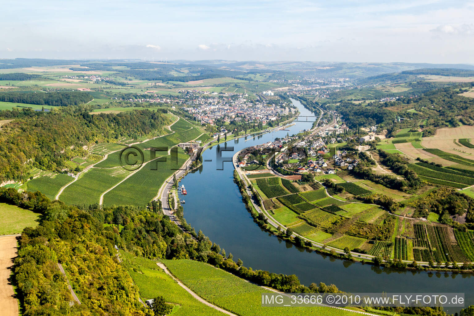 Luftbild von Dorfkern an den Fluß- Uferbereichen der Mosel in Wellen im Bundesland Rheinland-Pfalz, Deutschland. // Village on the river bank areas of the river Mosel in Wellen in the state Rhineland-Palatinate, Germany.